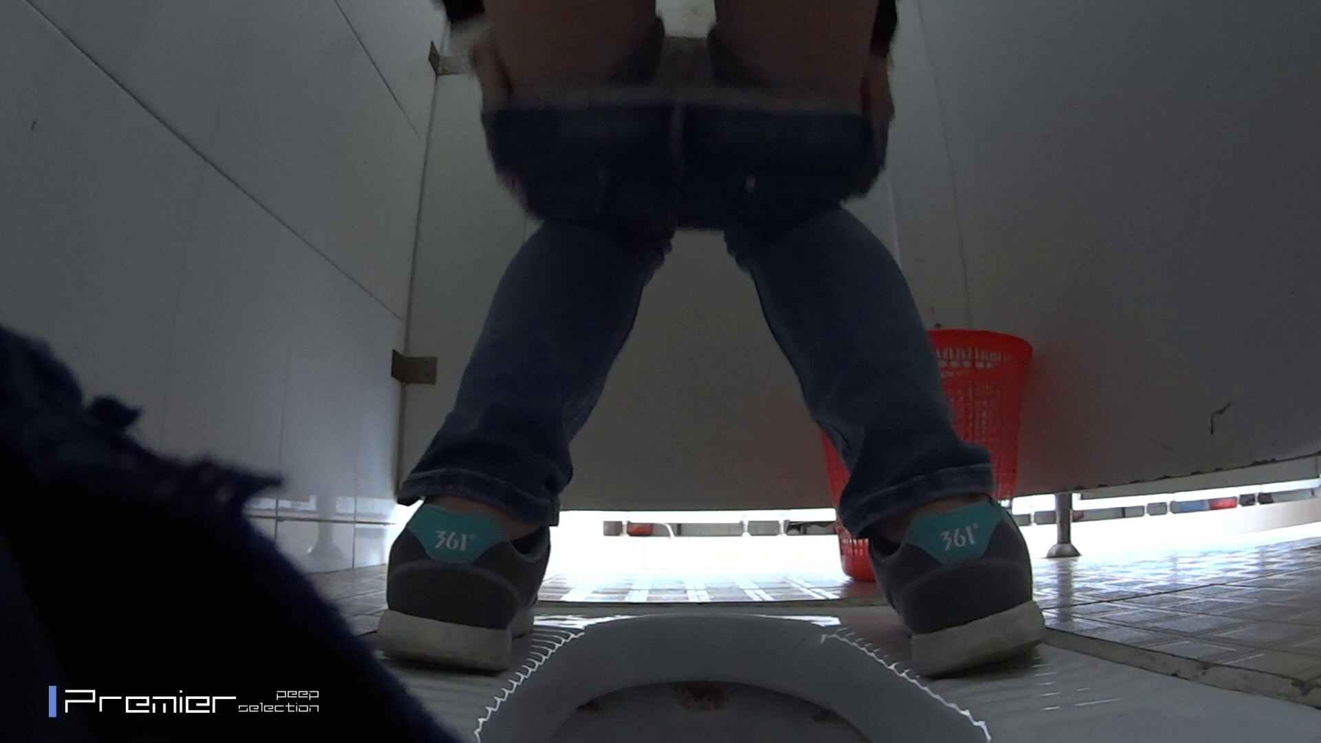 めくれ上がる陰部からの大聖水!大学休憩時間の洗面所事情27 お姉さんハメ撮り  46Pix 15