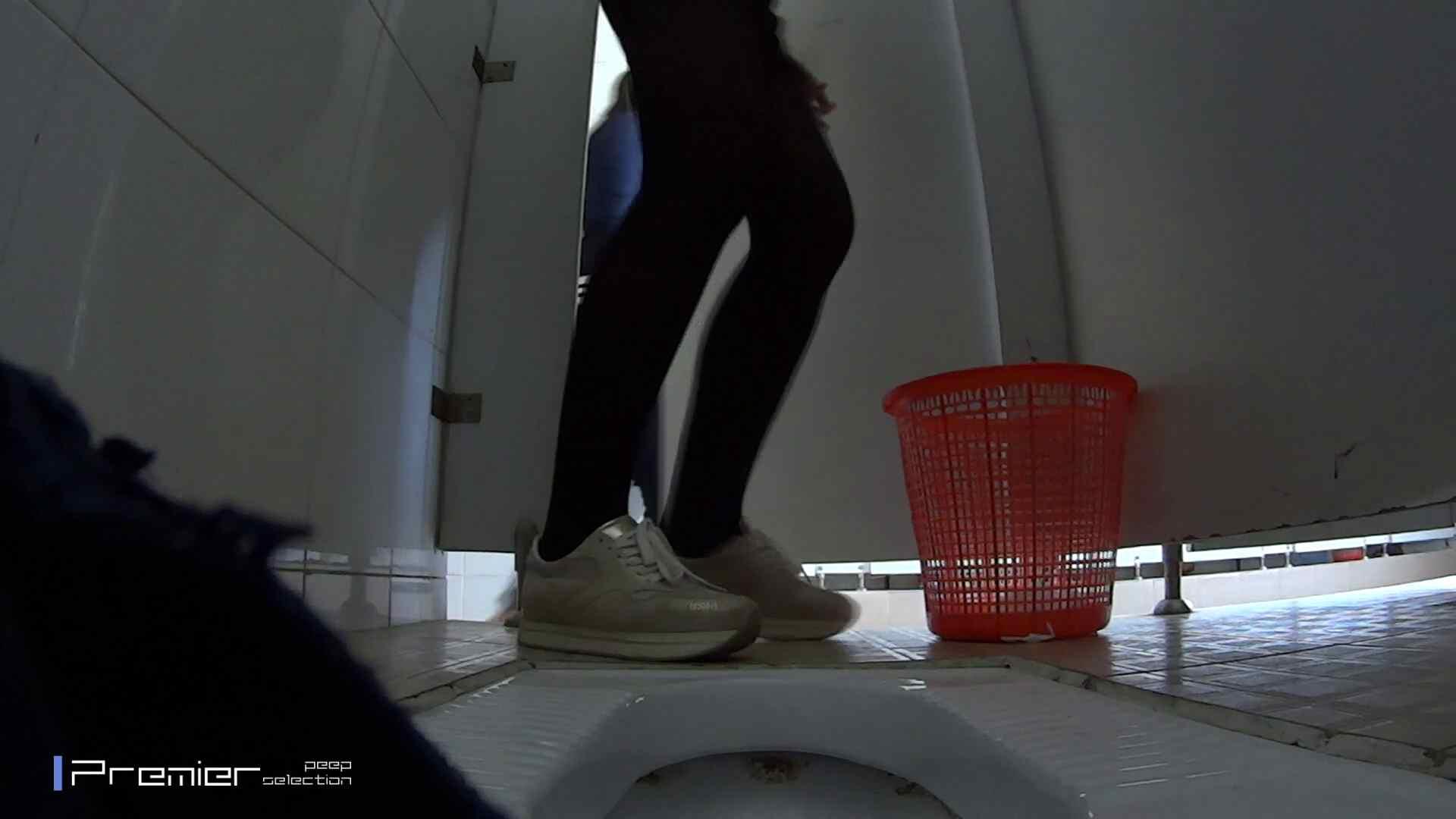 めくれ上がる陰部からの大聖水!大学休憩時間の洗面所事情27 お姉さんハメ撮り  46Pix 33